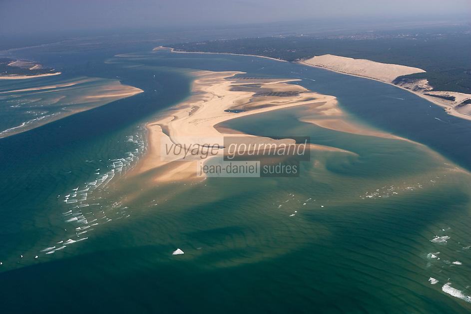 Europe/France/Aquitaine/33/Gironde/Bassin d'Arcachon: les passes du Bassin d'Arcachon (Entrée) avec le Banc d'Arguin - réserve naturelle - à l'arrière plan la Pointe du Cap-Ferret à gauche et la dune du Pyla à Droite - vue aérienne