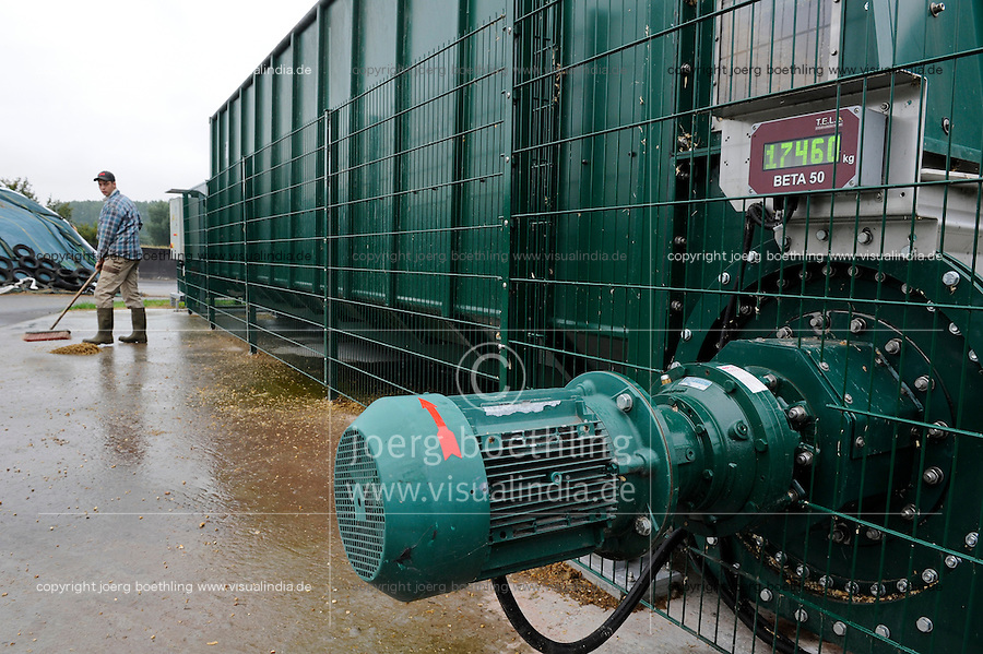 GERMANY Biogas plant at cow milk farm / DEUTSCHLAND Nawaro Biogasanlage von PlanET Biogastechnik auf dem Hof von Landwirt Norbert Hack in Wentorf, aus dem Gas wird mit einem BHKW Strom erzeugt und ins Netz eingespeist, die Waerme wird fuer Heizung der Wohnhaeuser im Dorf verwendet