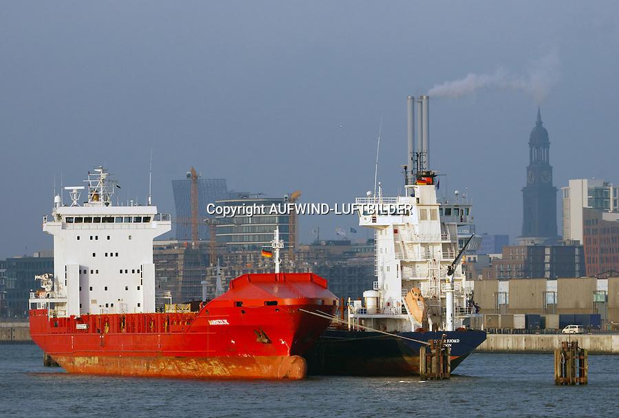 Schiffe im Hamburger Hafen auf Reede: EUROPA, DEUTSCHLAND, HAMBURG, (EUROPE, GERMANY), 21.12.2016: Schiffe im Hamburger Hafen auf Reede in der Norderelbe, im Hintergrund der Michel
