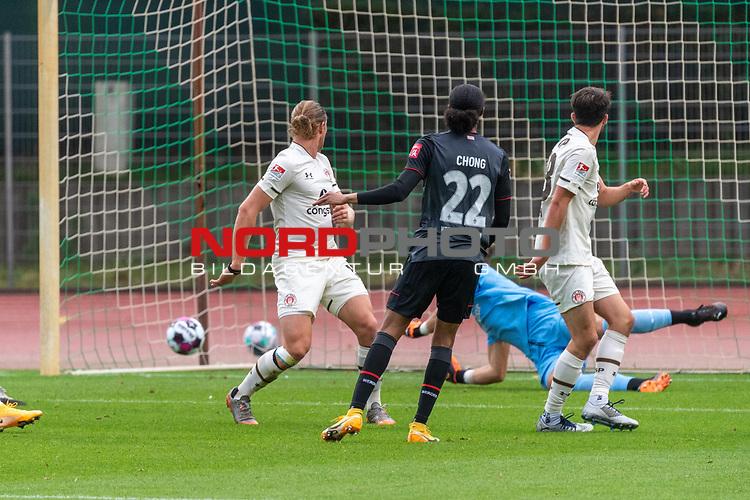 07.10.2020, wohninvest Weserstadion Platz 11, Bremen, GER, FSP SV WERDER BREMEN  vs 1. FC St. Pauli<br /> <br /> im Bild / picture shows <br /> <br /> 1 zu 0 Tahith Chong (Werder Bremen #22) gegen DENNIS SMARSCH (FC ST.PAULI #01)<br /> <br /> DANIEL BUBALLA19 (FC ST.PAULI #15)<br /> <br /> Foto © nordphoto / Kokenge