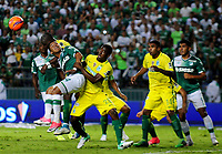 PALMIRA -COLOMBIA-14-06-2017. Cesar Amaya (Izq) del Deportivo Cali disputa el balón con Carlos Cuesta (Der) de Atletico Nacional durante partido de ida por la final de la Liga Aguila I 2017 jugado en el estadio Palmaseca de Cali. / Cesar Amaya (L) player of Deportivo Cali fights for the ball with Carlos Cuesta (R) player of Atletico Nacional during first leg match for the final of the Aguila League I 2017 played at Palmaseca stadium in Cali.  Photo: VizzorImage/ Nelson Rios /Cont