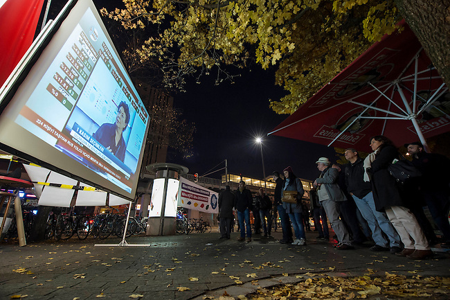 Wahlabend der Kurdenpartei HDP in Berlin-Kreuzberg.<br /> Gespannt warten am Sonntag den 1. November 2015 mehrere hundert Menschen in Kreuzberg auf die Ergebnisse der Neuwahl in der Tuerkei. Auf Grossleinwand, Fernsehern und Tablets werden die aktuellen Auszaehlungsergebnisse verfolgt.<br /> Aufgrund der massiven Einschuechterungen bei der Neuwahl, vorallem in den Kurdengebieten erwarten die Menschen einen Wahlsieg der Erdogan-Partei AKP.<br /> 1.11.2015, Berlin<br /> Copyright: Christian-Ditsch.de<br /> [Inhaltsveraendernde Manipulation des Fotos nur nach ausdruecklicher Genehmigung des Fotografen. Vereinbarungen ueber Abtretung von Persoenlichkeitsrechten/Model Release der abgebildeten Person/Personen liegen nicht vor. NO MODEL RELEASE! Nur fuer Redaktionelle Zwecke. Don't publish without copyright Christian-Ditsch.de, Veroeffentlichung nur mit Fotografennennung, sowie gegen Honorar, MwSt. und Beleg. Konto: I N G - D i B a, IBAN DE58500105175400192269, BIC INGDDEFFXXX, Kontakt: post@christian-ditsch.de<br /> Bei der Bearbeitung der Dateiinformationen darf die Urheberkennzeichnung in den EXIF- und  IPTC-Daten nicht entfernt werden, diese sind in digitalen Medien nach §95c UrhG rechtlich geschuetzt. Der Urhebervermerk wird gemaess §13 UrhG verlangt.]