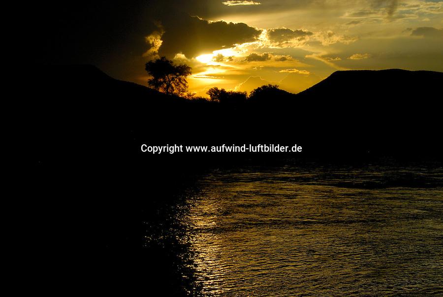 4415 / Oranje: AFRIKA, SUEDAFRIKA, 11.01.2007: Orange River , Oranje, Gariep, Sonnenuntergang am Fluss