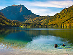 Oesterreich, Oberoesterreich, Salzkammergut: zwei Taucherinnen im Vorderen Langbathsee -  beliebter Badesee und Ausflugsziel | Austria, Upper Austria, Salzkammergut: 2 female scuba divers in Vorderer Langbathsee - popular swimming lake and place of excursions