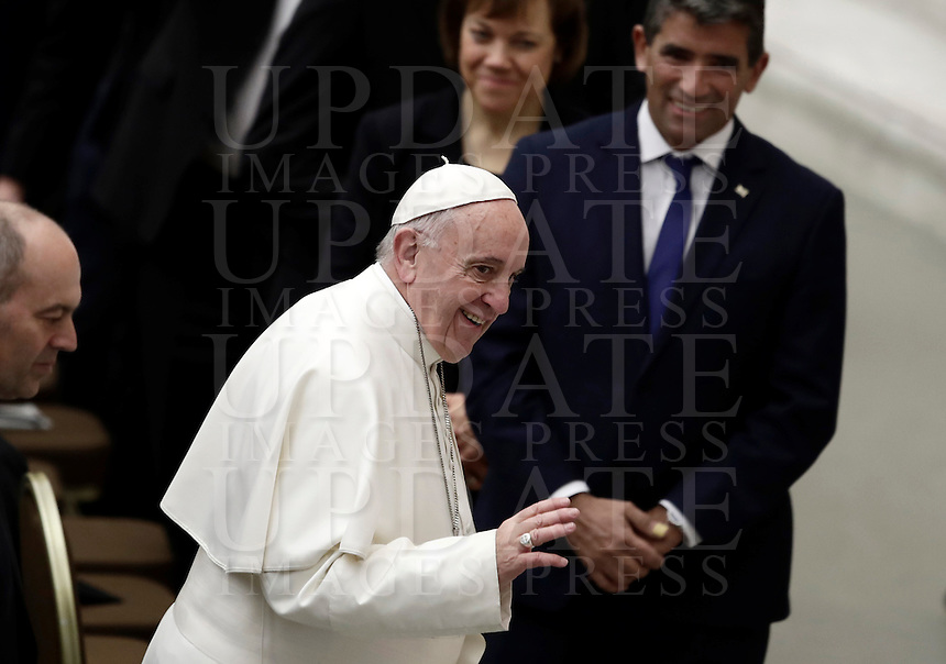 Papa Francesco saluta i fedeli al suo arrivo all'udienza generale del mercoledi' in aula Paolo VI in Vaticano, 18 gennaio 2017.<br /> Pope Francis waves faithful as he arrives to lead  his weekly general audience in Paul VI Hall at the Vatican, on January 18, 2017.<br /> UPDATE IMAGES PRESS/Isabella Bonotto<br /> <br /> STRICTLY ONLY FOR EDITORIAL USE