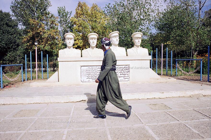 Irak 2000.Les représentations de héros kurdes remplacent les portraits de Saddam Hussein , comme ici sur le grand boulevard de Souleimania .Iraq 2000.In the center of Suleimania, statues of Kurdish herbes
