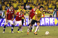 BARRANQUILLA -COLOMBIA- 11 -10-2013. Falcao Garcia  de Colombia se dispone  a patear el segundo penalty que convirtio y con el cual  empato el partido contra Chile y reafirmo la clasificaion al mundial en Brasil 2014 ,partido correspondiente para las eliminatorias al mundial de Brasil 2014 disputado en el estadio Metropolitano de Barranquilla   / Falcao Garcia of Colombia prepares to kick the second penalty that became and which tied the match against Chile and to reaffirm the global clasificaion in Brazil 2014 qualifying game for the World Cup for Brazil 2014 match at the Metropolitano stadium in Barranquilla  .Photo: VizzorImage / Felipe Caicedo /  Staff/