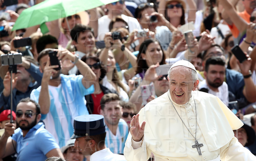 Papa Francesco saluta i fedeli al suo arrivo all'udienza generale del mercoledi' in Piazza San Pietro, Citta' del Vaticano, 13 giugno, 2018.<br /> Pope Francis waves to faithful as he arrives to lead his weekly general audience in St. Peter's Square at the Vatican, on June 13, 2018.<br /> UPDATE IMAGES PRESS/Isabella Bonotto<br /> <br /> STRICTLY ONLY FOR EDITORIAL USE