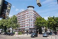 """Wohnhaus des schwedischen Immobilieninvestors """"Akelius GmbH"""" in der Reichenbergerstrasse 153 im Berliner Bezirk Kreuzberg.<br /> Die uebliche Geschaeftspraxis der Akelius GmbH ist, guenstig erworbene Immobilien schnellstmoeglich auf den selbst definierten """"Akelius First Class Standard"""" zu sanieren um danach die Mieten auf 15 bis 21 Euro pro Quadratmeter zu erhoehen.<br /> Die Akelius Fastigheter AB wurde 1994 vom Steuerexperten Roger Akelius gegruendet und besitzt ca. 45.000 Wohneinheiten in Schweden, England, Frankreich, Deutschland  und Kanada -  20.500 davon in Deutschland, in Berlin sind es etwa 12.000.<br /> Der Unternehmenschef Roger Akelius gibt sich als wohltaetiger Mensch, so unterstuetzt er ueber seine Stiftung in der Steueroase Zypern u.a. die S.O.S Kinderdoerfer.<br /> 17.7.2018, Berlin<br /> Copyright: Christian-Ditsch.de<br /> [Inhaltsveraendernde Manipulation des Fotos nur nach ausdruecklicher Genehmigung des Fotografen. Vereinbarungen ueber Abtretung von Persoenlichkeitsrechten/Model Release der abgebildeten Person/Personen liegen nicht vor. NO MODEL RELEASE! Nur fuer Redaktionelle Zwecke. Don't publish without copyright Christian-Ditsch.de, Veroeffentlichung nur mit Fotografennennung, sowie gegen Honorar, MwSt. und Beleg. Konto: I N G - D i B a, IBAN DE58500105175400192269, BIC INGDDEFFXXX, Kontakt: post@christian-ditsch.de<br /> Bei der Bearbeitung der Dateiinformationen darf die Urheberkennzeichnung in den EXIF- und  IPTC-Daten nicht entfernt werden, diese sind in digitalen Medien nach §95c UrhG rechtlich geschuetzt. Der Urhebervermerk wird gemaess §13 UrhG verlangt.]"""