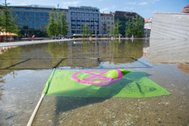 """Die Klima- und Umweltschutzorganisation Extinction Rebellion (XR) protestiert ab Montag den 15. Juni 2020 eine Woche lang in Deutschland in Berlin mit verschiedenen Aktionen mit einer sog. """"Rebellionswelle"""" unter dem Motto """"#WeiterSoWarGestern"""" fuer einen besseren Klimaschutz und ein Umdenken in der Klimapolitik. Die Aktionen sollen sich unter anderem an Konzerne, Regierungen und Lobbyverbaende richten. Geplant sind auch unangemeldete Aktionen des zivilen Ungehorsams.<br /> Im Bild: Aktivisten bauen in Berlin fuer eine 24stuendige Dauerkundgebung auf.<br /> 15.6.2020, Berlin<br /> Copyright: Christian-Ditsch.de<br /> [NUR FUER REDAKTIONELLE ZWECKE! Werbung nur auf Anfrage beim Fotografen. Inhaltsveraendernde Manipulation des Fotos nur nach ausdruecklicher Genehmigung des Fotografen. Vereinbarungen ueber Abtretung von Persoenlichkeitsrechten/Model Release der abgebildeten Person/Personen liegen nicht vor. NO MODEL RELEASE! Don't publish without copyright Christian-Ditsch.de, Veroeffentlichung nur mit Fotografennennung, sowie gegen Honorar, MwSt. und Beleg. Konto: I N G - D i B a, IBAN DE58500105175400192269, BIC INGDDEFFXXX, Kontakt: post@christian-ditsch.de<br /> Bei der Bearbeitung der Dateiinformationen darf die Urheberkennzeichnung in den EXIF- und  IPTC-Daten nicht entfernt werden, diese sind in digitalen Medien nach §95c UrhG rechtlich geschuetzt. Der Urhebervermerk wird gemaess §13 UrhG verlangt.]"""