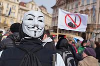 """Am Samstag den 31. Januar 2015 versammelten sich auf dem Staromestske Namesti-Platz (Alststaetter Markt / Old Town Square) in Prag ca. 500 Anhaenger der Pegida-Bewegung. Wie in Deutschland sind die Pegida (Patriotische Europaere gegen die Islamisierung des Abendlandes) Neonazis, Hooligans, Islamsfeinde und sog. """"Besorgte Buerger"""".<br /> Gegen die Pegida-Kundgebung protestierten Vertreter verschiedener Religionen, Antifaschisten, Sinti und Roma mit einem Gottesdienst, Gesaengen und Plakaten und Schildern, auf denen sich zum Teil ueber die Islamophobie der Pegida-Anhaenger lustig gemacht wurde. Beide Veranstaltungen fanden gleichzeitig nebeneinander auf dem Platz statt. Aus der Pegida-Kundgebung kamen immer wieder heftige Beschimpfungen und Neonazis versuchten Gegendemonstranten ein Transparent zu entreissen.<br /> Im Bild: Ein Pegida-Anhaenger mit Anonymous-Maske.<br /> 31.1.2015, Prag<br /> Copyright: Christian-Ditsch.de<br /> [Inhaltsveraendernde Manipulation des Fotos nur nach ausdruecklicher Genehmigung des Fotografen. Vereinbarungen ueber Abtretung von Persoenlichkeitsrechten/Model Release der abgebildeten Person/Personen liegen nicht vor. NO MODEL RELEASE! Nur fuer Redaktionelle Zwecke. Don't publish without copyright Christian-Ditsch.de, Veroeffentlichung nur mit Fotografennennung, sowie gegen Honorar, MwSt. und Beleg. Konto: I N G - D i B a, IBAN DE58500105175400192269, BIC INGDDEFFXXX, Kontakt: post@christian-ditsch.de<br /> Bei der Bearbeitung der Dateiinformationen darf die Urheberkennzeichnung in den EXIF- und  IPTC-Daten nicht entfernt werden, diese sind in digitalen Medien nach §95c UrhG rechtlich geschuetzt. Der Urhebervermerk wird gemaess §13 UrhG verlangt.]"""