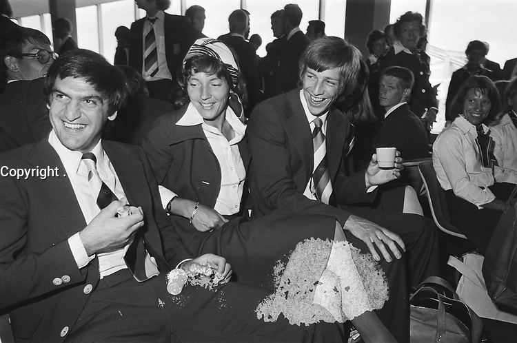 Dutch Olympic Team left for Montreal, 1976 Olympics<br /> <br /> from left to right: Bolthuis (hockey), Ria Ahlers (runner) and Eljo Schuller (decathlon) /<br /> Date July 11, 1976<br /> <br /> <br /> Photographer Mieremet, Rob / Anefo