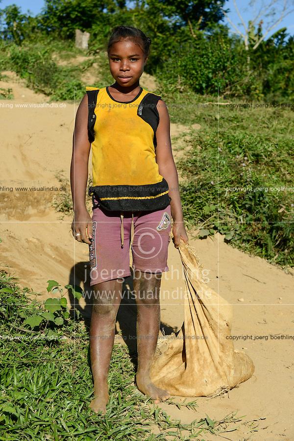 MADAGASCAR, region Manajary, town Vohilava, small scale gold mining, children panning for gold at river ANDRANGARANGA, girl Sara 12 years old / MADAGASKAR Mananjary, Vohilava, kleingewerblicher Goldabbau, Kinder waschen Gold am Fluss ANDRANGARANGA, Maedchen SARA12 Jahre schleppt neues Geroell aus der Mine heran