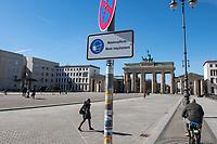 Auswirkungen der Corona-Krise.<br /> Im Bild: Ein Hinweisschild zum tragen von Schutzmasken auf Pariser Platz vor dem Brandenburger Tor.<br /> 22.3.2021, Berlin<br /> Copyright: Christian-Ditsch.de