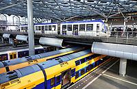 Nederland - Den Haag- 2020.   Lightrail en trein in Den Haag Centraal Station. Foto Berlinda van Dam / Hollandse Hoogte