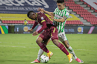IBAGUE - COLOMBIA, 30-03-2021: Jaminton Leandro Campaz del Tolima disputa el balón con Emmanuel Olivera de Nacional durante partido entre Deportes Tolima y Atlético Nacional por la fecha 16 como parte de la Liga BetPlay DIMAYOR I 2021 jugado en el estadio Manuel Murillo Toro de la ciudad de Ibagué. / Jaminton Leandro Campaz of Tolima struggles the ball with Emmanuel Olivera of Nacional during match between Deportes Tolima and Atletico Nacional for the date 16 as part of BetPlay DIMAYOR League I 2021 played at Manuel Murillo Toro stadium in Ibague. Photo: VizzorImage / Juan Torres / Cont