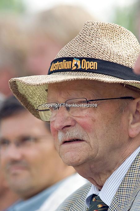 "28-5-08, France,Paris, Tennis, Roland Garros, ""Opa Scheer"" Neerlands grootste tennis fan"