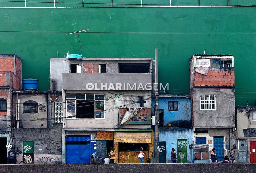 Barracos de favela na Avenida Brasil. Rio de Janeiro. 2011. Foto de Leo Ramos.