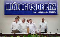 """LA HABANA - COLOMBIA, 23-09-2015 Juan Manuel Santos (Izq) , Presidente de Colombia y Rodrigo Londoño (Der), alias """"Timochenko"""", lider máximo de las Farc, son recibidos por Raul Castro (C), Presidente de Cuba, hoy 23 de septiembre de 2015, previo al anuncio del acuerdo entre el Gobierno de Colombia y las Farc para poner fin al conflicto armado en Colombia./ Juan Manuel Santos (L), President of Colombia, and Rodrigo Londoño (R), alias """"Timochenko"""" are received by Raul Castro(C), President of Cuba, today 23 september 2015, prior the announcement of the agreetment between Colombia Government and left guerrillas of Farc to give the end of the armed conflict in Colombia. Photo: VizzorImage /  César Carrión - SIG / HANDOUT PICTURE; MANDATORY EDITORIAL USE ONLY/ NO MARKETING, NO SALES"""