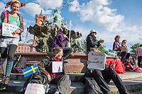 """Am Samstag den 16. Mai 2020 demonstrierten in Berlin an mehreren Orten mehrere hundert Menschen mit sog. """"Hygiene-Demonstrationen"""" gegen die Einschraenkungen zur Eindaemmung der Covid-19-Pandemie. An diesen """"Hygiene-Demonstrationen"""" nahmen vor allem Verschwoerungsanhaenger aber auch Hooligans, Neonazis und andere Rechte teil.<br /> Im Bild: Zwei Frauen mit Pappschildern """"Nickende Masken nuetzen nicht!"""" und Freiwillig und vernuenftig"""". Sie haben schwedische Faehnchen dabei, da zu Beginn der Pandemie in Schweden die Beschraenkungen des oeffentlichen Lebens nicht so umfassend waren wir in Deutschland. Nach tausenden Infektionen mit Covid-19 hat jedoch auch Schweden umfassende Einschraenkungen vorgenommen.<br /> 16.5.2020, Berlin<br /> Copyright: Christian-Ditsch.de<br /> [NUR FUER REDAKTIONELLE ZWECKE! Werbung nur auf Anfrage beim Fotografen. Inhaltsveraendernde Manipulation des Fotos nur nach ausdruecklicher Genehmigung des Fotografen. Vereinbarungen ueber Abtretung von Persoenlichkeitsrechten/Model Release der abgebildeten Person/Personen liegen nicht vor. NO MODEL RELEASE! Don't publish without copyright Christian-Ditsch.de, Veroeffentlichung nur mit Fotografennennung, sowie gegen Honorar, MwSt. und Beleg. Konto: I N G - D i B a, IBAN DE58500105175400192269, BIC INGDDEFFXXX, Kontakt: post@christian-ditsch.de<br /> Bei der Bearbeitung der Dateiinformationen darf die Urheberkennzeichnung in den EXIF- und  IPTC-Daten nicht entfernt werden, diese sind in digitalen Medien nach §95c UrhG rechtlich geschuetzt. Der Urhebervermerk wird gemaess §13 UrhG verlangt.]"""