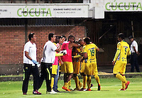 CUCUTA -COLOMBIA, 20-08-2015: Jhony Cano (C) de Atlético Huila celebra con sus compañeros un gol en contra del Cúcuta Deportivo durante partido por la fecha 7 de la Liga Aguila II 2015 disputado en el estadio General Santander de la ciudad de Cúcuta./ Jhony Cano (C) player of Atletico Huila celebrates with his teammetes a goal scored to Cucuta Deportivo during match for the 7th  date of the Aguila League II 2015 played at General Santander stadium in Cucuta city. Photo: VizzorImage / Manuel Hernandez /<br /> NOTA: MÁXIMA CALIDAD POSIBLE / POSSIBLE MAXIMUM QUALITY