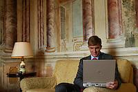 Manager durante una pausa nelle sale Villa Grazioli. Manager during a break, in the rooms of Villa Grazioli...