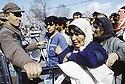 Turquie 1991.Les réfugiés kurdes sur la frontière: controle de la foule par l'armée.Turkey 19991.Kurdish refugees on the border: Soldiers and the crowd