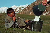 Im Sommerlager der letzten Nomaden in Kirgisistan im Tien-Shan-Gebirges an der Grenze zwischen Kasachstan und Kirgistan. / In the summer camp of the last nomads in Kyrgyzstan in the Tien Shan mountains on the border between Kazakhstan and Kyrgyzstan.