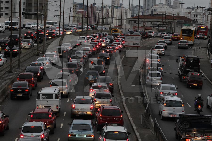 SAO PAULO, SP, 17/05/2013, TRANSITO.   A Radial Leste na região do bairro da Mooca, sentido do centro de São Paulo, tem transito intenso na manhã dessa sexta-feira(17).  LUIZ GUARNIERI/ BRAZIL PHOTO PRESS