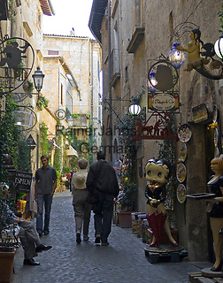 Italien, Umbrien, Orvieto: Altstadtgasse mit Antiquitäten und Souvenirs Verkauf   Italy, Umbria, Orvieto: old town lane with antiques and souvenirs shops
