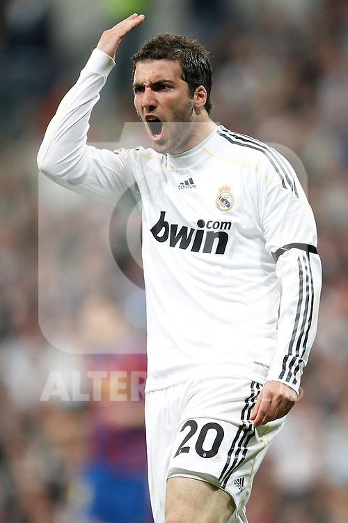 MADRID (10/04/2010).- Spanish League match Real Madrid vs Barcelona. Higuain...Photo Cesar Cebolla / ALFAQUI