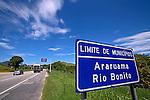 Estrada com placa indicativa de limite dos municipios de Araruama  e Rio Bonito. Rodovia RJ-124. Rio de Janeiro. 2013. Foto de Rogerio Reis.