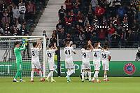 Fener jubelt mit den Fans - Frankfurt 16.09.2021: Eintracht Frankfurt vs. Fenerbahce Istanbul, Deutsche Bank Park, 1. Spieltag UEFA Europa League