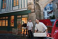 Europe/France/Bretagne/56/Morbihan/Vannes:  Thierry Séchelles et son équipe au retour du marché au petit matin - Restaurant Le Roscanvec