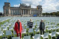 """Aktion und Installation """"Lager evakuieren, der Platz ist da!"""" des Buendnis #Seebruecke im Rahmen der Aktionstage von """"We'll come united"""" am Montag den 7. September 2020 aus dem Platz der Republik vor dem Deutschen Bundestag.<br /> Das Buendnis stellte 10.000 schwarze und 3.000 weisse Stuehle als Symbol fuer die Menschen, welche momentan im hoffnunslos ueberfuellten Fluechtlingslager Moria (Griechenland) leben muessen auf. Die 3.000 weissen Stuehle symbolisieren die Anzahl Menschen, welche offiziell in dem Fluechtlingslager leben sollten. <br /> Im Bild vlnr: Die Abgeordneten von Buendnis 90/Die Gruenen  Claudia Roth (Bundestagsvizepraesidentin), Reante Kuenast und Luise Amtsberg (Fluechtlichpolitische Sprecherin der Fraktion).<br /> 7.9.2020, Berlin<br /> Copyright: Christian-Ditsch.de<br /> NUR FUER REDAKTIONELLE ZWECKE! Werbung nur auf Anfrage beim Fotografen. [Inhaltsveraendernde Manipulation des Fotos nur nach ausdruecklicher Genehmigung des Fotografen. Vereinbarungen ueber Abtretung von Persoenlichkeitsrechten/Model Release der abgebildeten Person/Personen liegen nicht vor. NO MODEL RELEASE! Don't publish without copyright Christian-Ditsch.de, Veroeffentlichung nur mit Fotografennennung, sowie gegen Honorar, MwSt. und Beleg. Konto: I N G - D i B a, IBAN DE58500105175400192269, BIC INGDDEFFXXX, Kontakt: post@christian-ditsch.de<br /> Bei der Bearbeitung der Dateiinformationen darf die Urheberkennzeichnung in den EXIF- und  IPTC-Daten nicht entfernt werden, diese sind in digitalen Medien nach §95c UrhG rechtlich geschuetzt. Der Urhebervermerk wird gemaess §13 UrhG verlangt.]"""