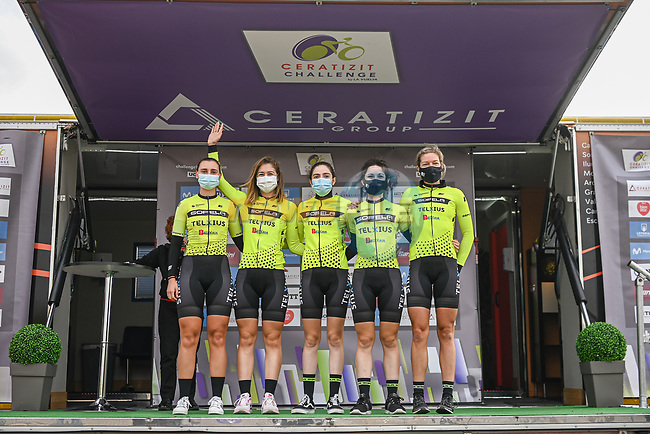 Sopela Women's Team at sign on before the start of Stage 1 of the CERATIZIT Challenge by La Vuelta 2020, running 82.8km from Toledo to Escalona, Spain. 6th November 2020.<br /> Picture: Antonio Baixauli López/BaixauliStudio | Cyclefile<br /> <br /> All photos usage must carry mandatory copyright credit (© Cyclefile | Antonio Baixauli López/BaixauliStudio)