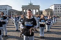 """Die Tierrechtsorganisation Animal Equality protestierte am Samstag den 31. Oktober 2015 in Berlin vor dem Brandenburger Tor mit den Koerpern toter Tiere """"gegen das verborgene Leid der Tiere in der Nutztierindustrie"""".  Anlass der Aktion war der """"Internationale Weltvegantag"""" am 1. November. <br /> 31.10.2015, Berlin<br /> Copyright: Christian-Ditsch.de<br /> [Inhaltsveraendernde Manipulation des Fotos nur nach ausdruecklicher Genehmigung des Fotografen. Vereinbarungen ueber Abtretung von Persoenlichkeitsrechten/Model Release der abgebildeten Person/Personen liegen nicht vor. NO MODEL RELEASE! Nur fuer Redaktionelle Zwecke. Don't publish without copyright Christian-Ditsch.de, Veroeffentlichung nur mit Fotografennennung, sowie gegen Honorar, MwSt. und Beleg. Konto: I N G - D i B a, IBAN DE58500105175400192269, BIC INGDDEFFXXX, Kontakt: post@christian-ditsch.de<br /> Bei der Bearbeitung der Dateiinformationen darf die Urheberkennzeichnung in den EXIF- und  IPTC-Daten nicht entfernt werden, diese sind in digitalen Medien nach §95c UrhG rechtlich geschuetzt. Der Urhebervermerk wird gemaess §13 UrhG verlangt.]"""