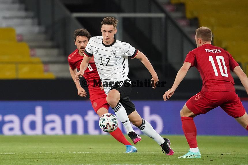 Florian Neuhaus (Deutschland Germany) gegen Thomas Delaney (Dänemark, Denmark), Christian Eriksen (Dänemark, Denmark) - Innsbruck 02.06.2021: Deutschland vs. Daenemark, Tivoli Stadion Innsbruck