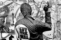 """DEUTSCHLAND, 11.1989.Berlin - Kreuzberg.Sog. """"Mauerspechte"""" beim Zerschlagen der Berliner Mauer auf der Westseite..So called """"Wallpeckers"""" hammering the Wall into pieces on its Western side..© Martin Fejer/EST&OST"""