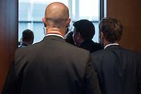 Sitzung des NSA-Untersuchungsausschuss am Donnerstag den 18. Juni 2015.<br /> Im Bild: Sicherheitsbeamte begleiten Bundesinnenminister Dr. Thomas de Maiziere in den Sitzuungssaal. Er musste als Zeuge vor den Untersuchungsausschuss. Er war von 2005 bis 2009 Chef des Bundeskanzleramtes.<br /> 18.6.2015, Berlin<br /> Copyright: Christian-Ditsch.de<br /> [Inhaltsveraendernde Manipulation des Fotos nur nach ausdruecklicher Genehmigung des Fotografen. Vereinbarungen ueber Abtretung von Persoenlichkeitsrechten/Model Release der abgebildeten Person/Personen liegen nicht vor. NO MODEL RELEASE! Nur fuer Redaktionelle Zwecke. Don't publish without copyright Christian-Ditsch.de, Veroeffentlichung nur mit Fotografennennung, sowie gegen Honorar, MwSt. und Beleg. Konto: I N G - D i B a, IBAN DE58500105175400192269, BIC INGDDEFFXXX, Kontakt: post@christian-ditsch.de<br /> Bei der Bearbeitung der Dateiinformationen darf die Urheberkennzeichnung in den EXIF- und  IPTC-Daten nicht entfernt werden, diese sind in digitalen Medien nach §95c UrhG rechtlich geschuetzt. Der Urhebervermerk wird gemaess §13 UrhG verlangt.]