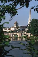 Europe/France/Poitou-Charentes/86/Vienne/Saint-Savin: Eglise romane et pont gothique sur la Gartempe