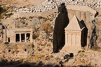 Asie/Israël/Judée/Jérusalem: Vallée du Cédron - Tombeau des Bnei Hezir (Famille de prètres juifs) et Tombeau de Zacharie a droite