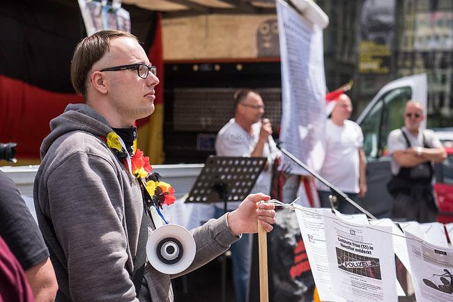 """Die der Gruppierung """"Patriotic Opposition Europe"""" des italienischen Rechtsextremisten Eric Graziani Gruenwald veranstaltete am Samstag den 6. Juni 2020 auf dem Pariser Platz in Berlin-Mitte eine Kundgebung um fuer """"Grundrechte"""" zu demonstrieren. Es wurden Reden gehalten, die zum Widerstand gegen die Bundesregierung und Angela Merkel aufriefen und in denen die Covid 19-Pandemie und die Massnahmen zur Eindaemmung der Pandemie als Verschwoerung gegen die Bevoelkerung bezeichnet wurden und die Bevoelkerung mit Zwangsimpfungen, der 5G-Mobilfunktechnik sowie durch Bill Gates unterdrueckt werden soll. <br /> Es kamen ca. 60 Menschen aus verschiedenen Bundeslaendern.<br /> 6.6.2020, Berlin<br /> Copyright: Christian-Ditsch.de<br /> [NUR FUER REDAKTIONELLE ZWECKE! Werbung nur auf Anfrage beim Fotografen. Inhaltsveraendernde Manipulation des Fotos nur nach ausdruecklicher Genehmigung des Fotografen. Vereinbarungen ueber Abtretung von Persoenlichkeitsrechten/Model Release der abgebildeten Person/Personen liegen nicht vor. NO MODEL RELEASE! Don't publish without copyright Christian-Ditsch.de, Veroeffentlichung nur mit Fotografennennung, sowie gegen Honorar, MwSt. und Beleg. Konto: I N G - D i B a, IBAN DE58500105175400192269, BIC INGDDEFFXXX, Kontakt: post@christian-ditsch.de<br /> Bei der Bearbeitung der Dateiinformationen darf die Urheberkennzeichnung in den EXIF- und  IPTC-Daten nicht entfernt werden, diese sind in digitalen Medien nach §95c UrhG rechtlich geschuetzt. Der Urhebervermerk wird gemaess §13 UrhG verlangt.]"""