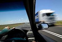 4415 /links Verkehr: AFRIKA, SUEDAFRIKA, 14.01.2007: links Verkehr, rechts Steuer, Autobahn A1 zwischen Johannesburg und Kapstadt, LKW, verwischt