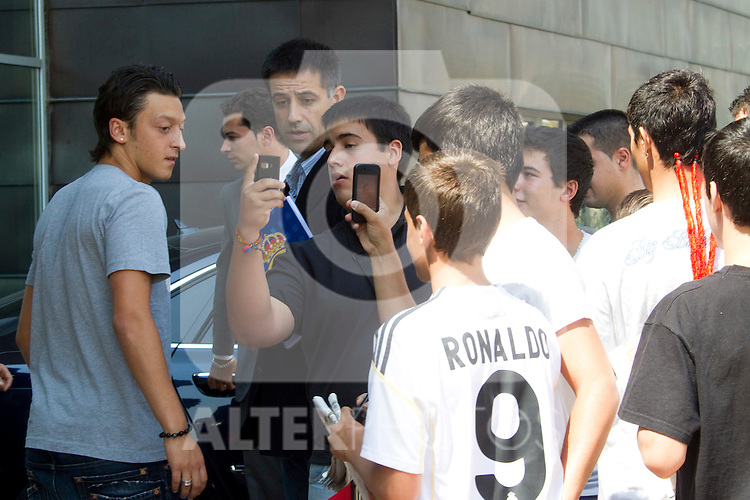 MADRID (18/08/2010).- German player Mesut Ozil leaves clinic after medical tests before signing contract as new Real Madrid player...Photo: Cesar Cebolla / ALFAQUI