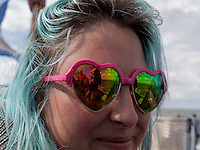 Frau mit Sonnenbrille und blauen Haaren auf dem Lauwersmeer, Provinz Groningen, Niederlande