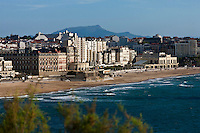 Europe/France/Aquitaine/64/Pyrénées-Atlantiques/Pays-Basque/Biarritz: Le front de mer , la grande plage et le casino de style Art Déco, vu depuis l'esplanade du phare à la  pointe Saint-Martin