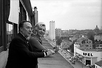 Extèrieur avec vue sur les toits de Toulouse. Le 5 mai 1972. Vue en contre plongée de Loulou Gasté (compositeur de chansons) aux côtés de sa femme, Line Renaud