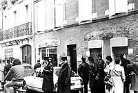 """Picard, Me Cathala, Me Bouscatel, Me Rastoul"""". Devant le 14 rue d'Aubuisson. 30 novembre 1976. Vue d'ensemble de policiers et journalistes devant la maison du docteur Claud Birague. Cliché pris le jour d'une reconstitution judiciaire dans le cadre de l'affaire du meurtre de René Trouvé. Observation: Affaire René Trouvé-Birague : le 19 février 1976, le journaliste René Trouvé est assassiné d'une balle dans la tête, par deux inconnus, alors qu'il regagne son domicile au 33 rue Bayard."""