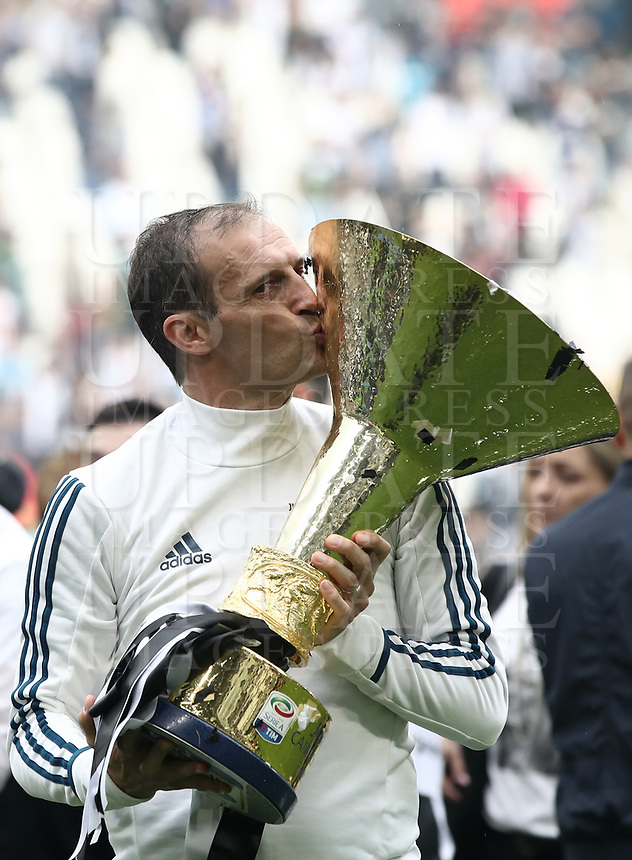 Calcio, Serie A: Juventus - Hellas Verona, Torino, Allianz Stadium, 19 maggio, 2018.<br /> Juventus' coach Massimiliano Allegri kisses the trophy during the victory league ceremony at Torino's Allianz stadium, 19 May, 2018.<br /> Juventus won their 34th Serie A title (scudetto) and seventh in succession.<br /> UPDATE IMAGES PRESS/Isabella Bonotto